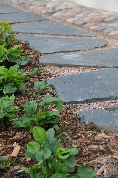 Pihakäytävä vai askelkivipolku?
